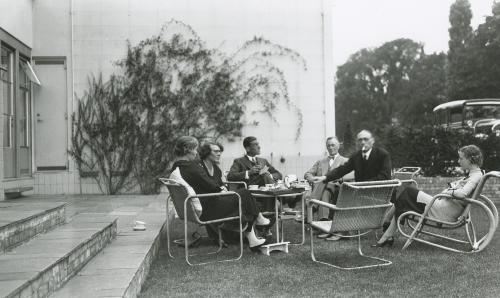 Sonneveld family and guests in the garden. Collection Het Nieuwe Instituut, loan BIHS