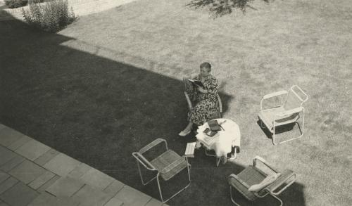 Mrs. Sonneveld reading in the garden. Collection Het Nieuwe Instituut. Loan BIHS