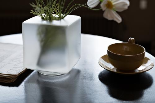 Cube vase on the table in the living room. Photo: Johannes Schwartz