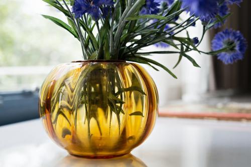 'Tomaat' vase on the window sill in Puck's bedroom. Photo Johannes Schwartz