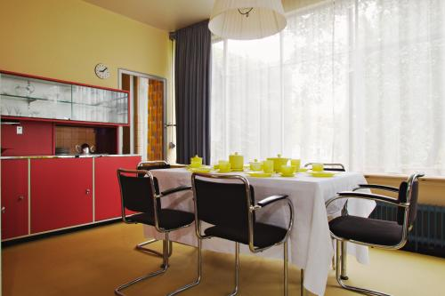Colours of Bart van der Leck in the dining room: red, blue and yellow. Photo Johannes Schwartz