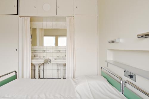Guest room in Sonneveld House. Photo Johannes Schwartz.