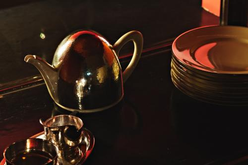 Teapot and plates. Photo Johannes Schwartz