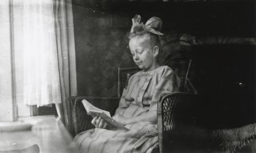One of the daughters reading in the old house at the Heemraadssingel. Collection Het Nieuwe Instituut. On loan from BIHS