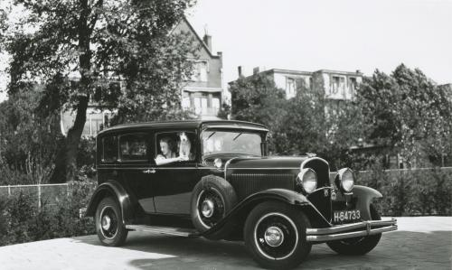 The family's car on the driveway. A Plymouth de Luxe, 1930s. Collection Het Nieuwe Instituut. On loan from BIHS