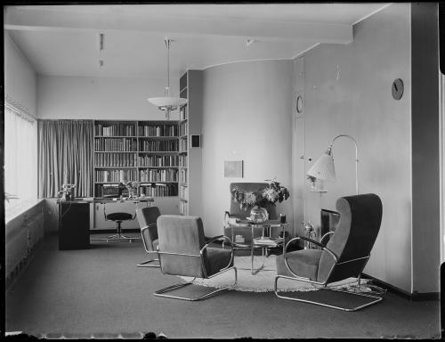 Vases in the library and living room. Collection Het Nieuwe Instituut. Glass plate negatives