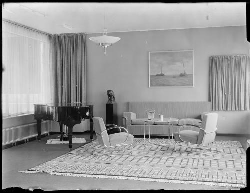 Living room, with the sculpture by Rädecker. Collection Het Nieuwe Instituut. Glass plate negatives collection.