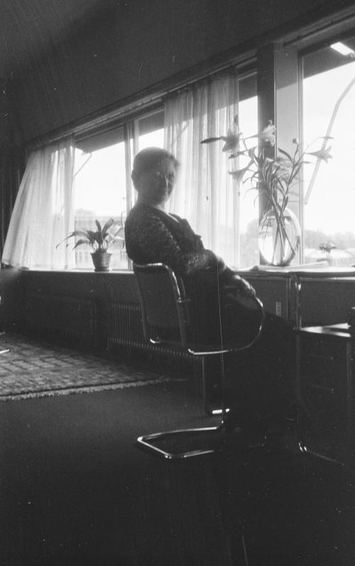 Mrs. Sonnveld at her desk. Collection Het Nieuwe Instituut. On loan from BIHS