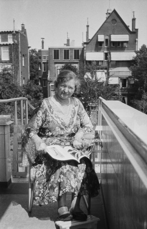 Mrs. Sonneveld, reading a magazine on the balcony. Collection Het Nieuwe Instituut. On loan from BIHS