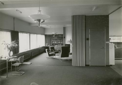 Living room, with the Thonet desk on the left. Photo: Piet Zwart. Collection Het Nieuwe Instituut. © Piet Zwart / Nederlands Fotomuseum